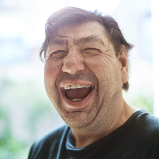 Lachender Mensch mit Behinderung